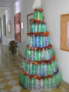 La cantidad de botellas dependerá de la altura de tu árbol 5 bases de cartón, busca botellas con diferentes colores, asi se verá mas vistoso y colorido